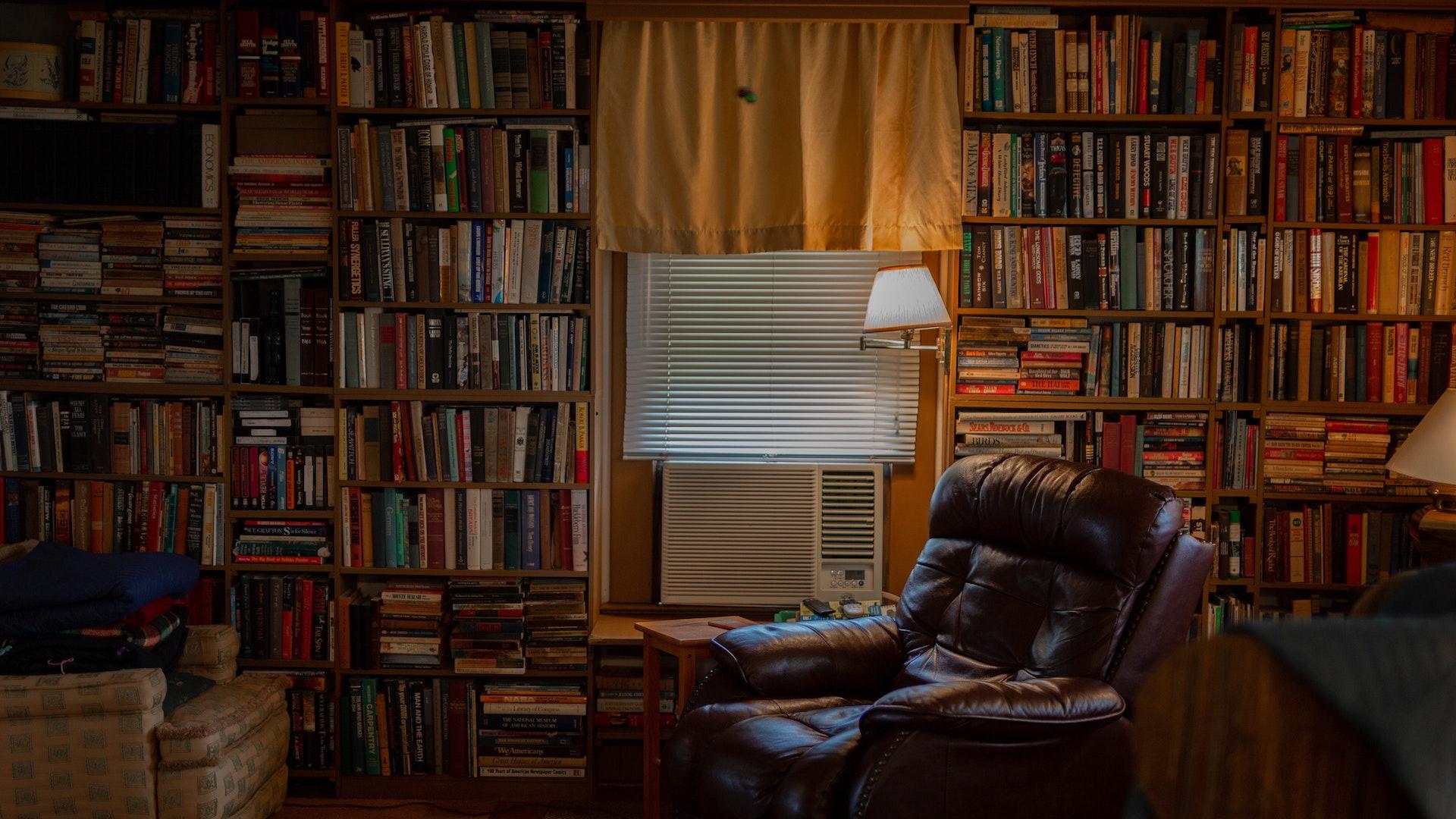 たくさん本のあるごちゃごちゃした部屋の無料バーチャル背景素材