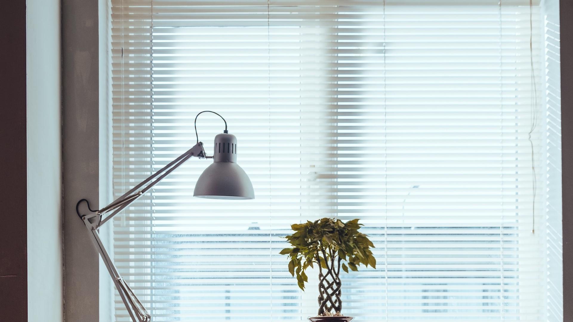 ブラインドのある窓とデスクライトの無料バーチャル背景素材