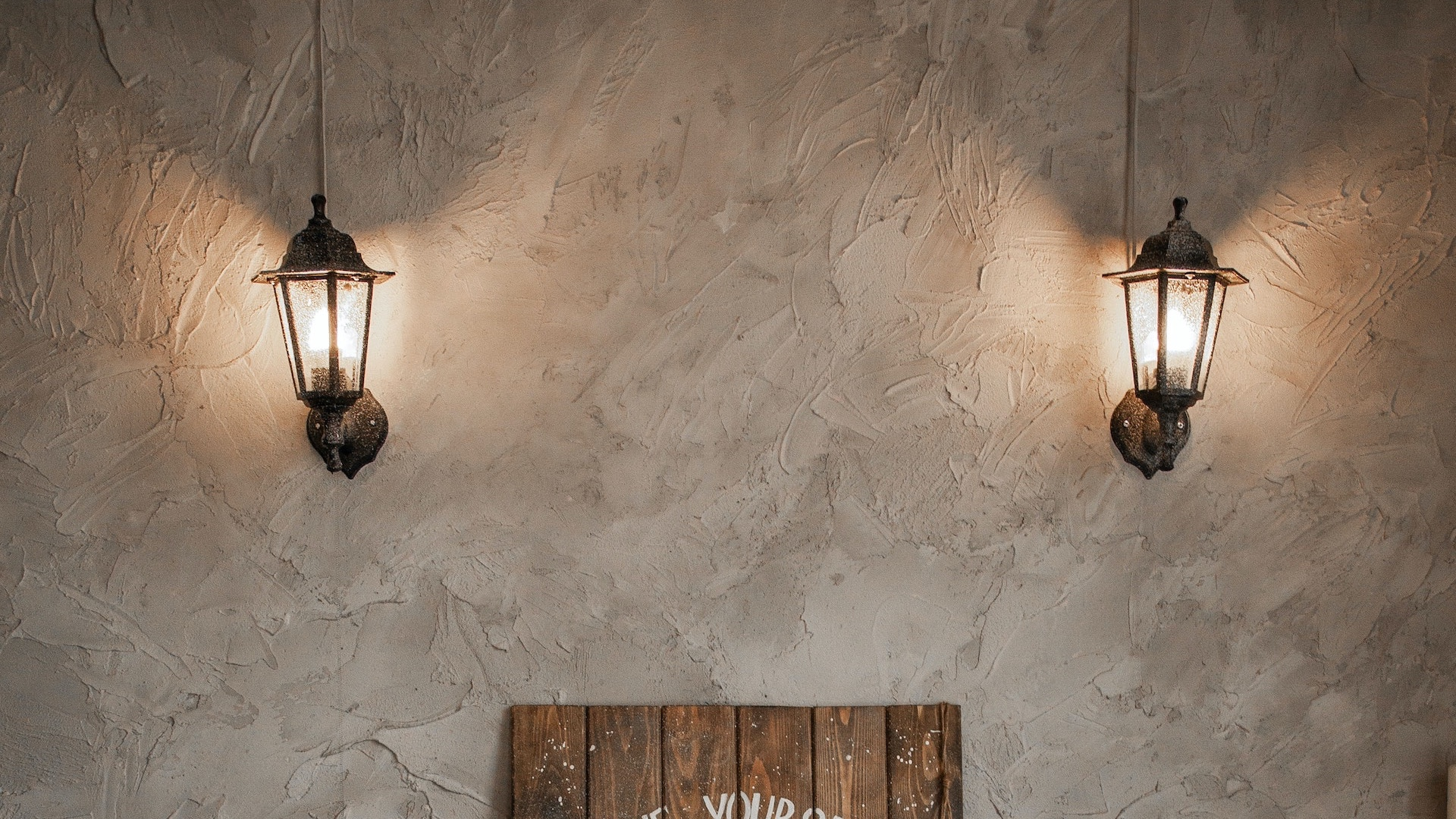 古いランタンのある壁の無料バーチャル背景素材