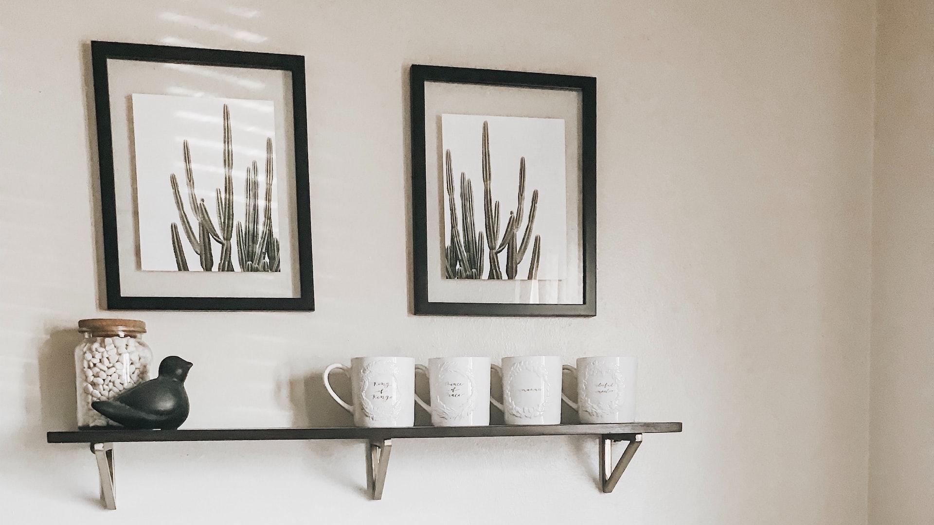 額縁とコーヒーカップの無料バーチャル背景素材