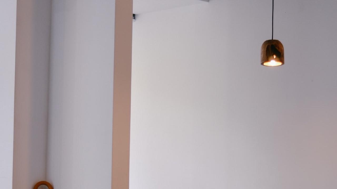 小さなライトのある白い壁の無料バーチャル背景素材