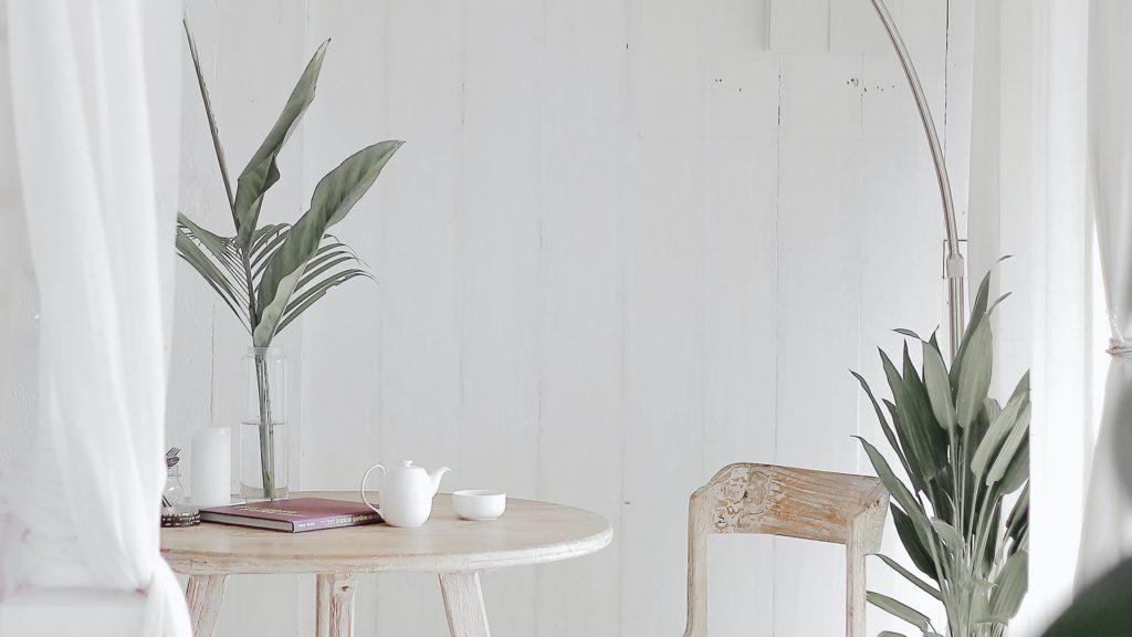 白いテーブルと観葉植物のある部屋の無料バーチャル背景素材