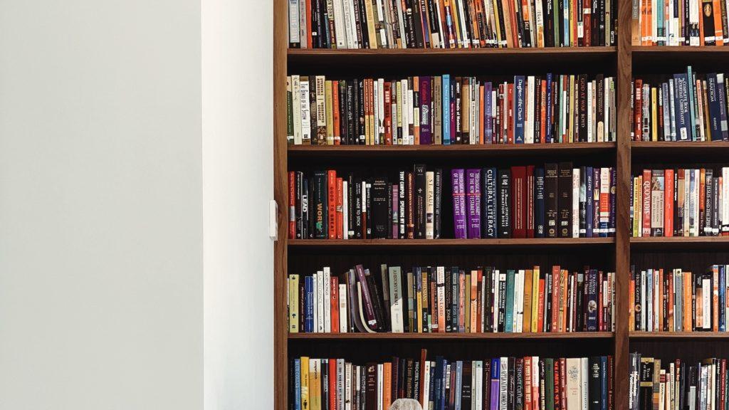 大きな本棚のある部屋の無料バーチャル背景素材