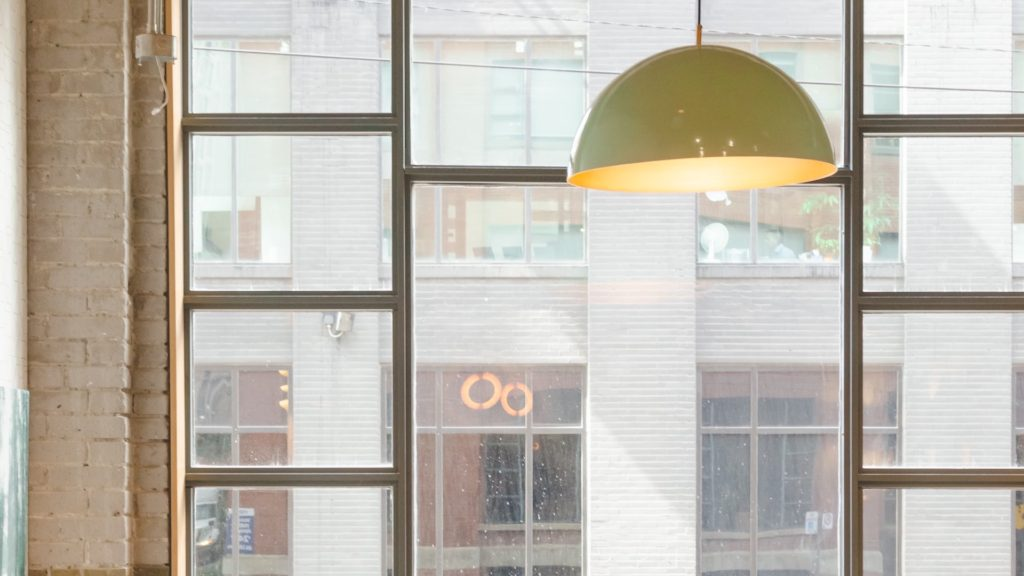 大きな窓とランプの無料バーチャル背景素材