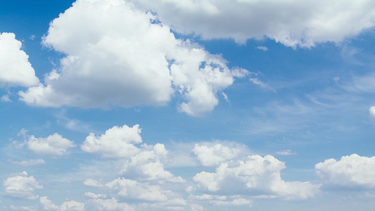 青空と白い雲 雲多めの無料バーチャル背景素材