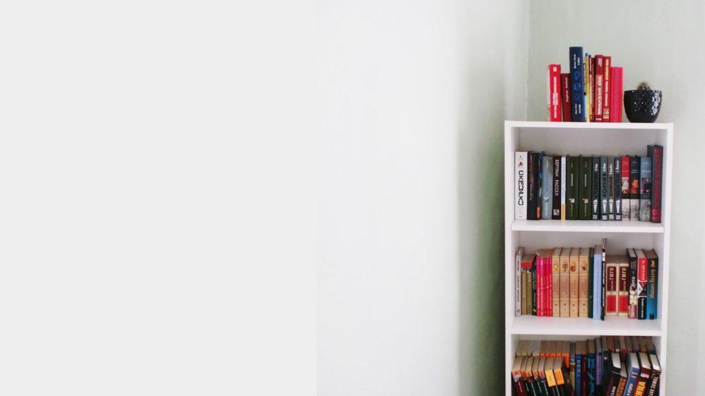 小さい本棚と薄いグレーの壁の無料バーチャル背景素材