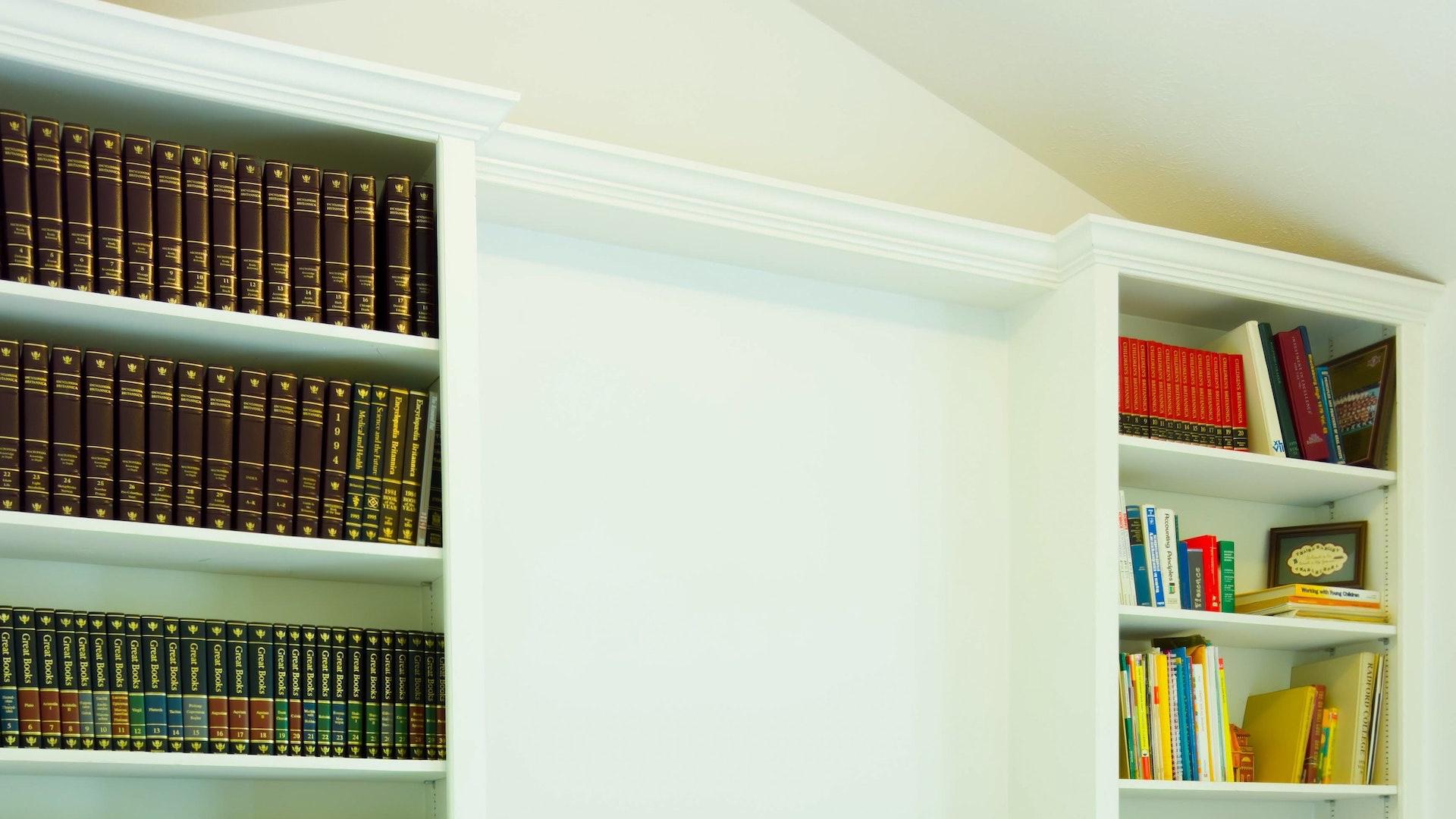 白い本棚と洋書の無料バーチャル背景素材