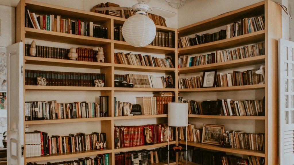 壁一面の本と白いライトの無料バーチャル背景素材