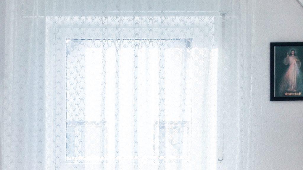 レースのカーテンのかかる窓の無料バーチャル背景素材