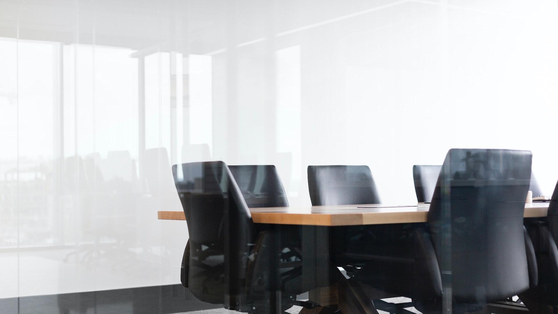 ガラスの向こうの会議室の無料バーチャル背景素材