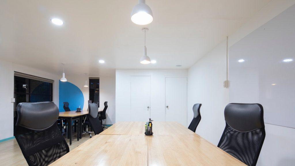 白いドアのある会議室の無料バーチャル背景素材