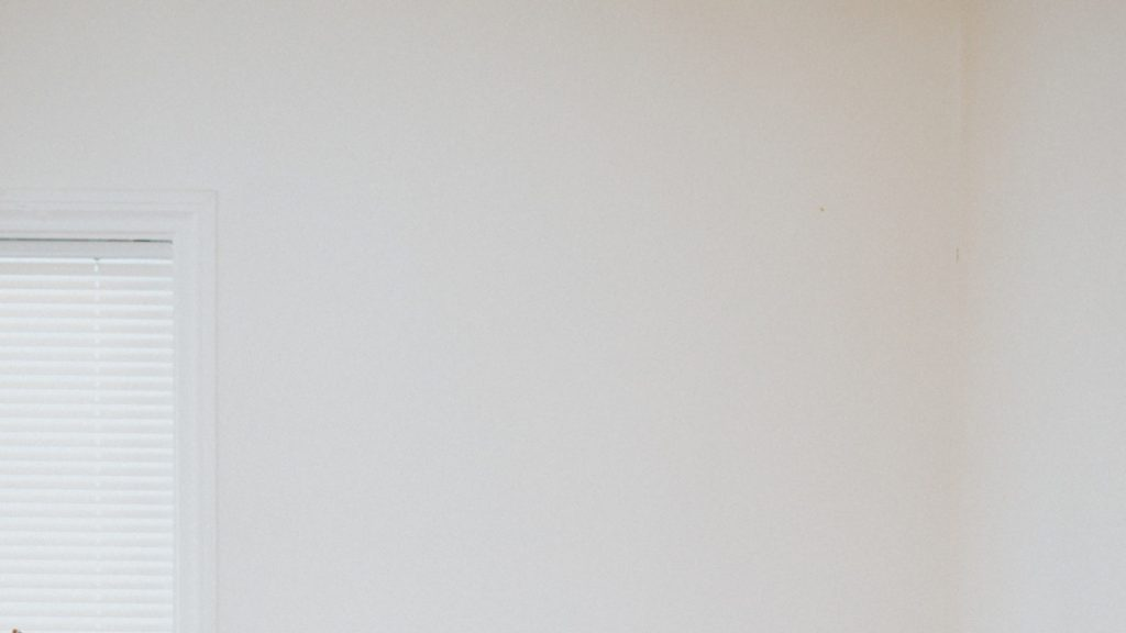 ブラインドのある窓の一部と白い壁の無料バーチャル背景素材