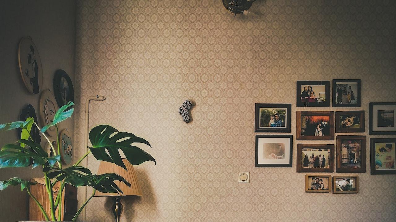 アイボリーの壁と写真フレームの無料バーチャル背景素材
