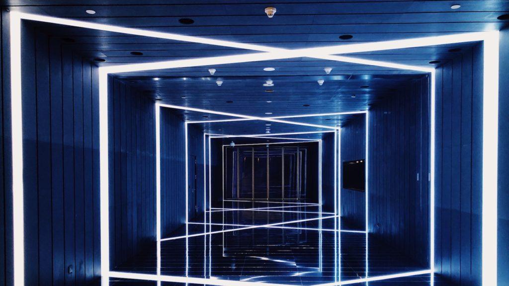 青と白の光のステージの無料バーチャル背景素材