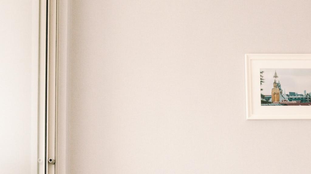 アートのある薄いピンクの壁の無料バーチャル背景素材