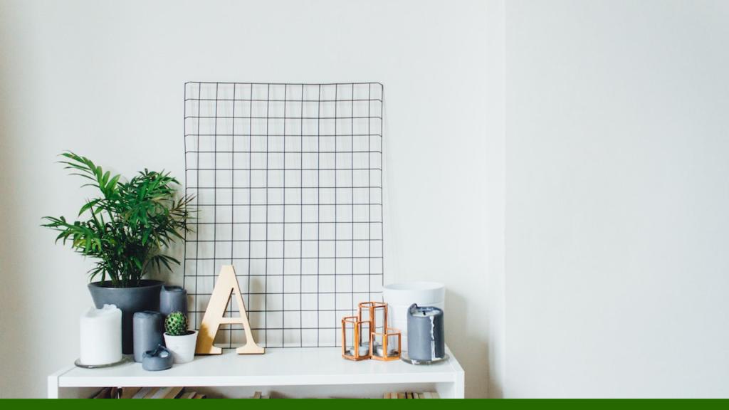 白い壁と机と観葉植物の無料バーチャル背景素材
