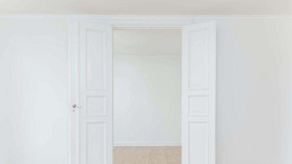 白いドアのある部屋の無料バーチャル背景素材