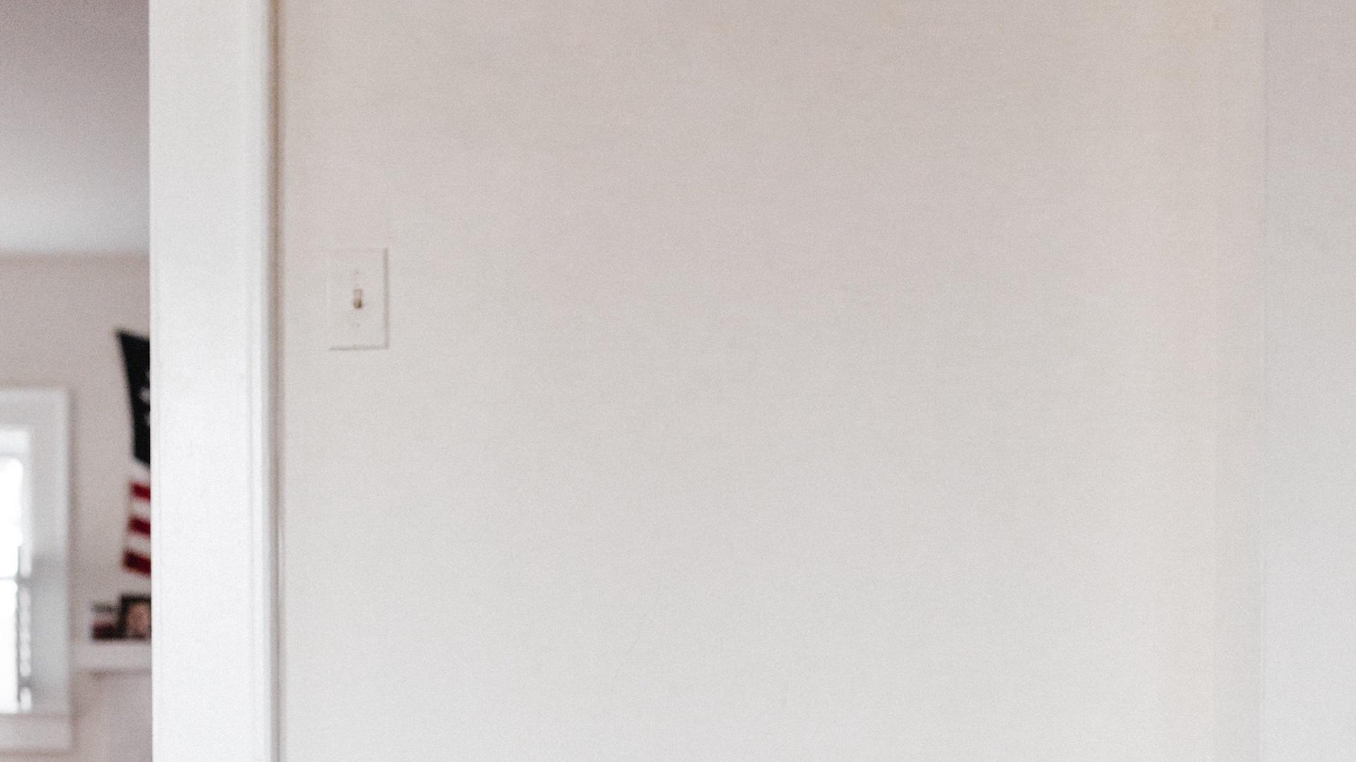 ライトのスイッチのある白い壁の無料バーチャル背景素材