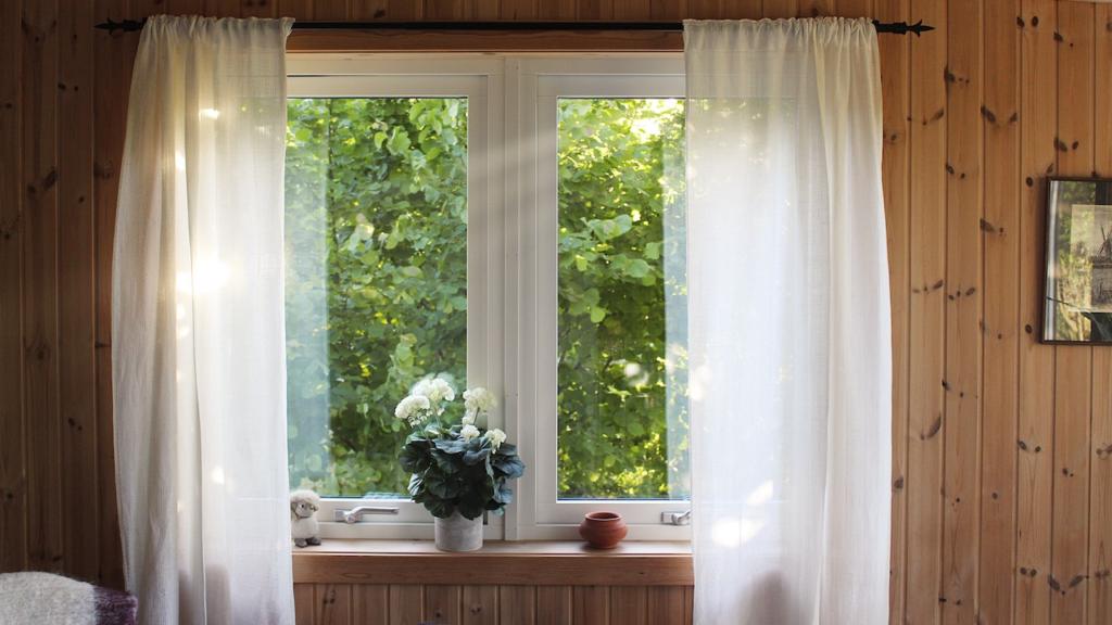 白いカーテンと大きな窓の無料バーチャル背景素材