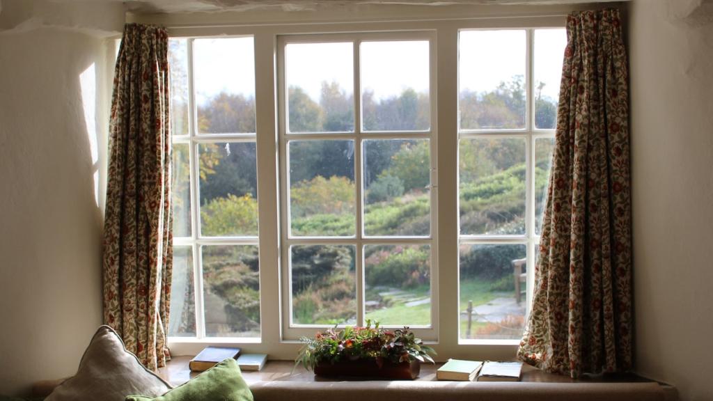 花柄のカーテンのある大きな窓の無料バーチャル背景素材
