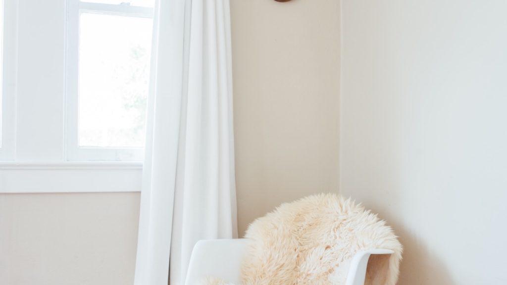 白いカーテンと椅子のある部屋