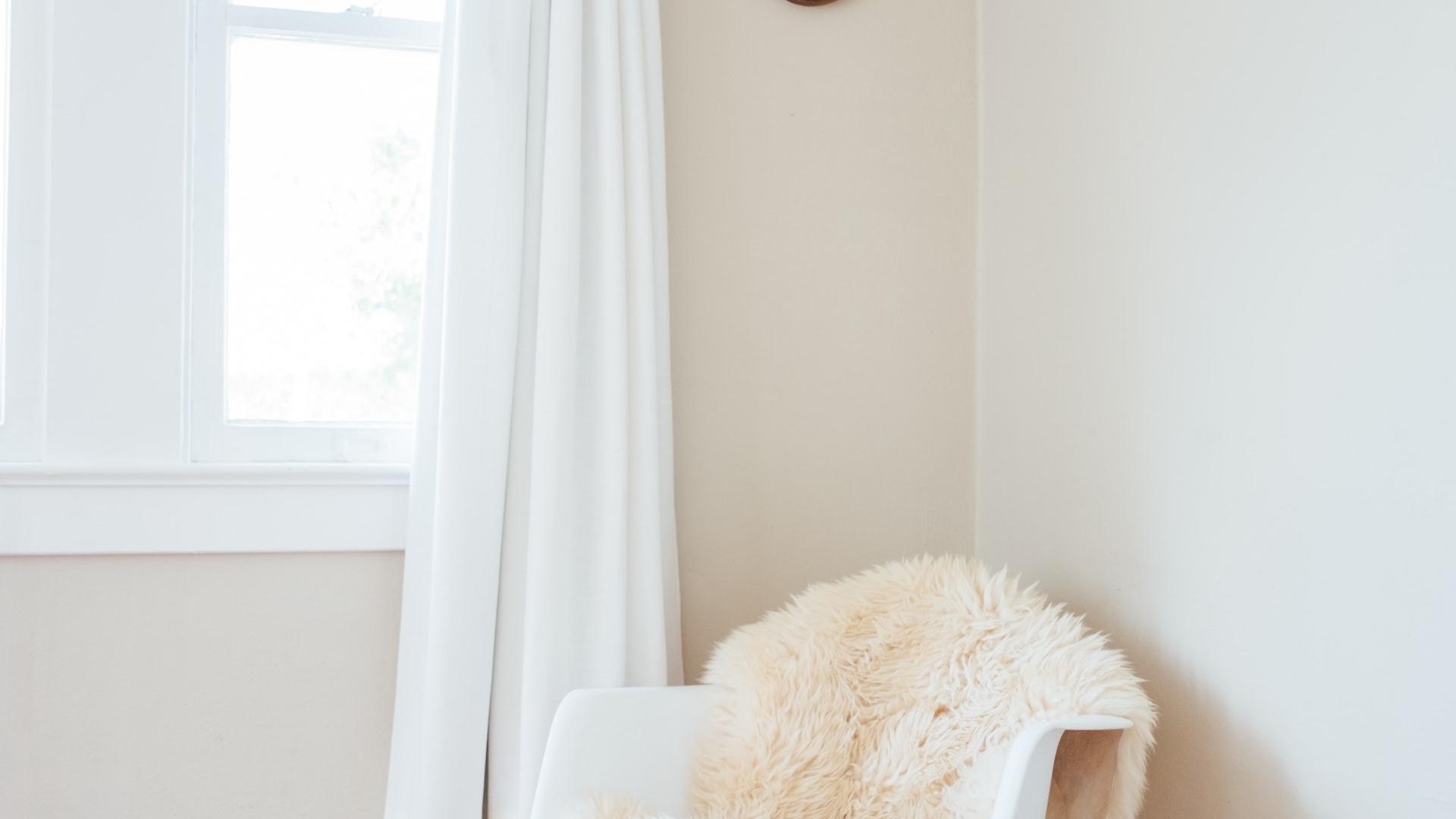 白いカーテンと椅子のある部屋の無料バーチャル背景素材