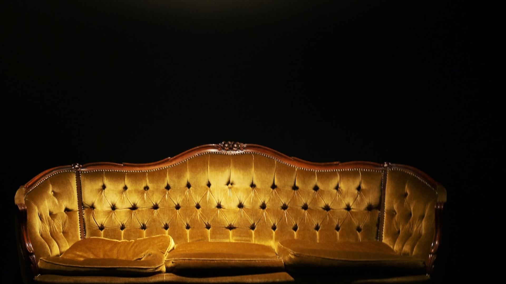暗闇とライトのあたるソファー