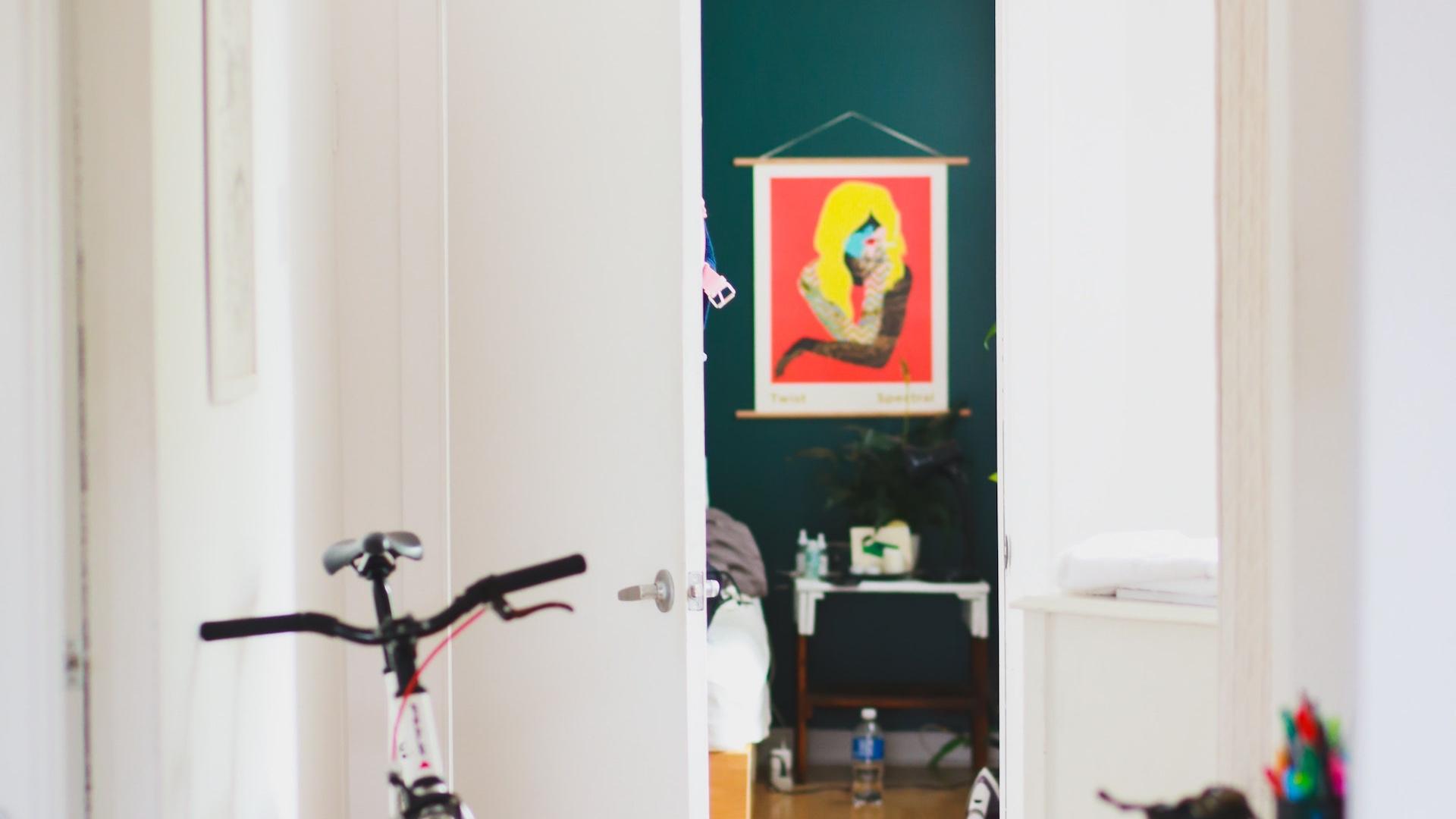 自転車とアートのある部屋の無料バーチャル背景素材
