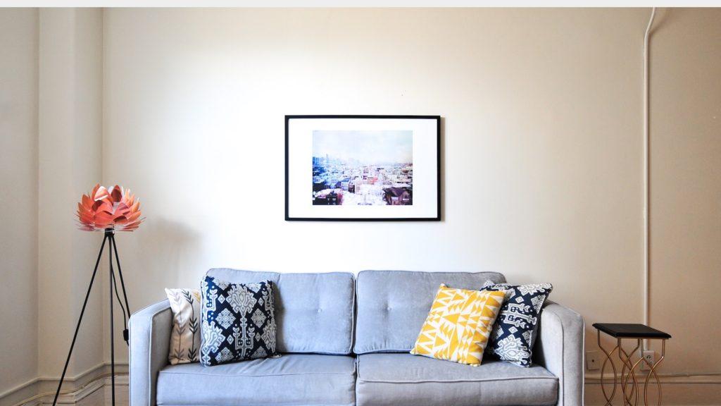 水色のソファーとアートのある部屋の無料バーチャル背景素材