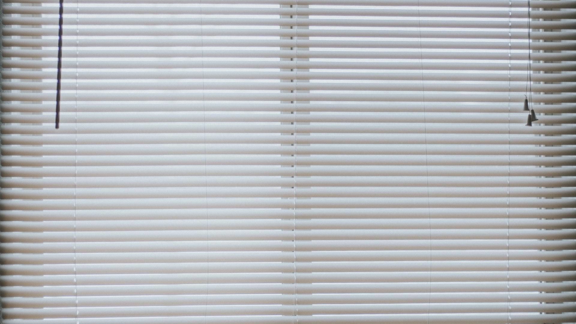ブラインドのついている窓の無料バーチャル背景素材