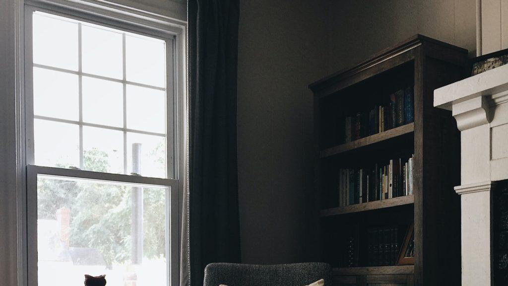 本棚と窓のある部屋の無料バーチャル背景素材