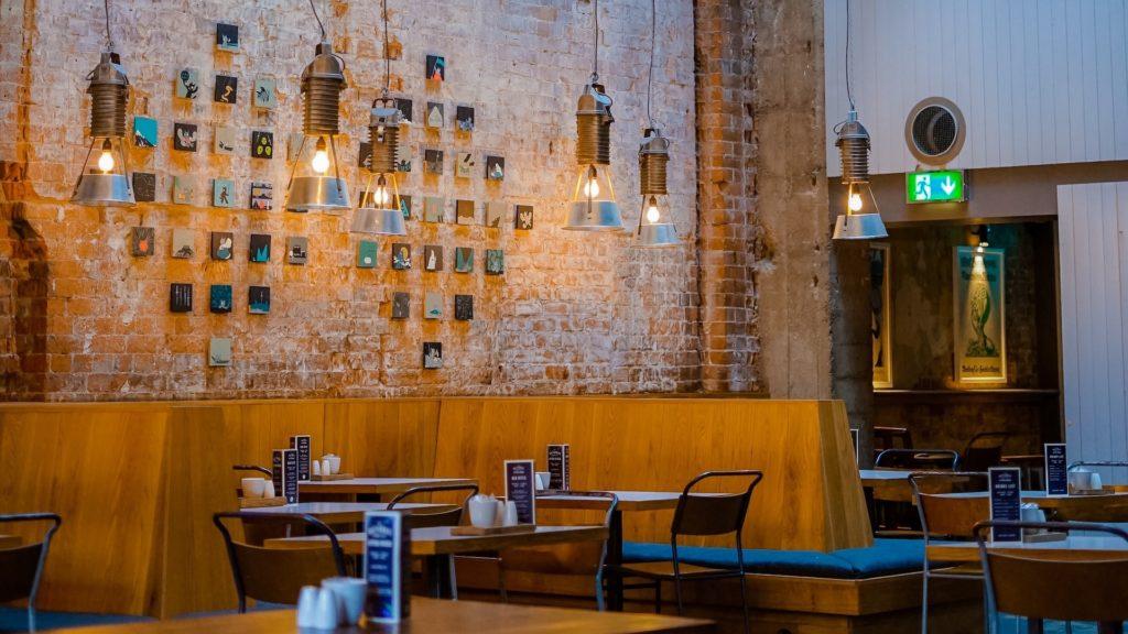 レンガの壁のカフェとテーブル