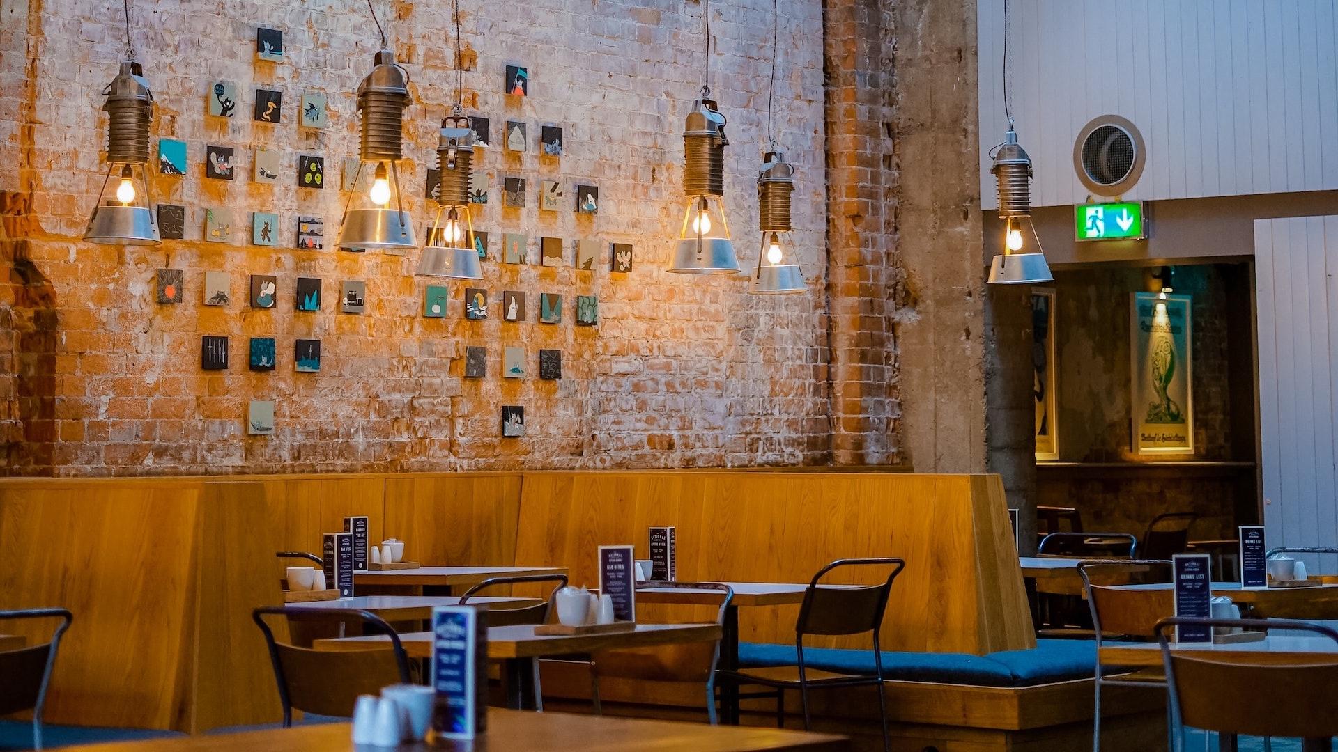 レンガの壁のカフェとテーブルの無料バーチャル背景素材