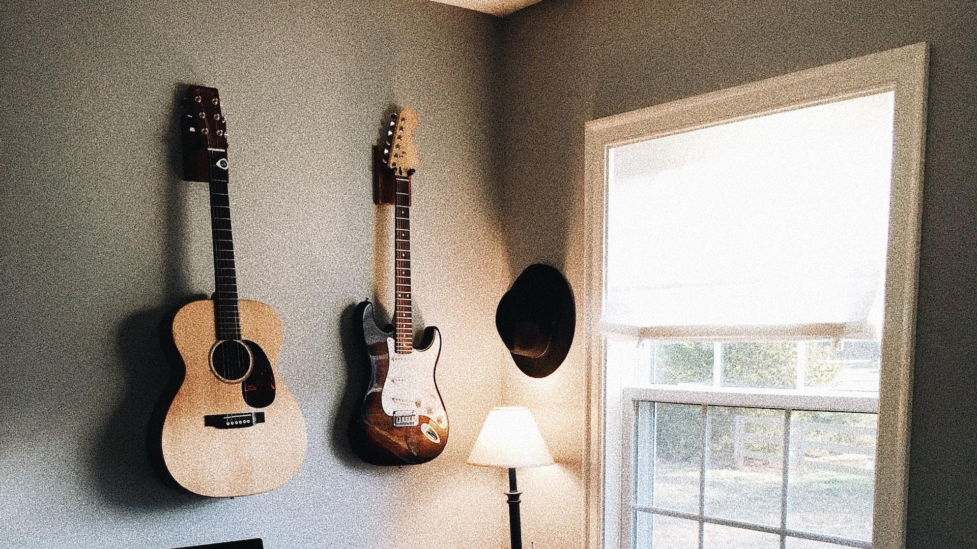 ギターと大きな窓のある部屋の無料バーチャル背景素材