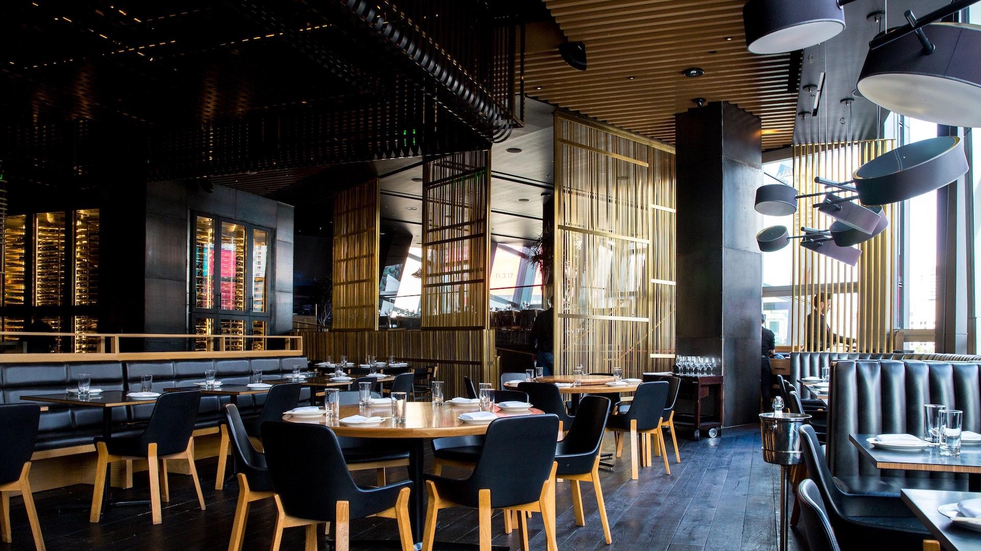 シックな内装のレストランの無料バーチャル背景素材