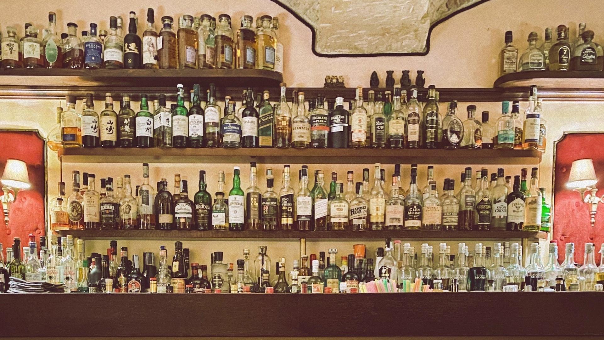 バーのカウンターに並ぶボトル