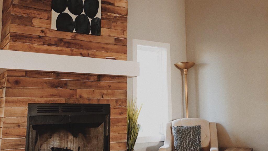 暖炉とソファー