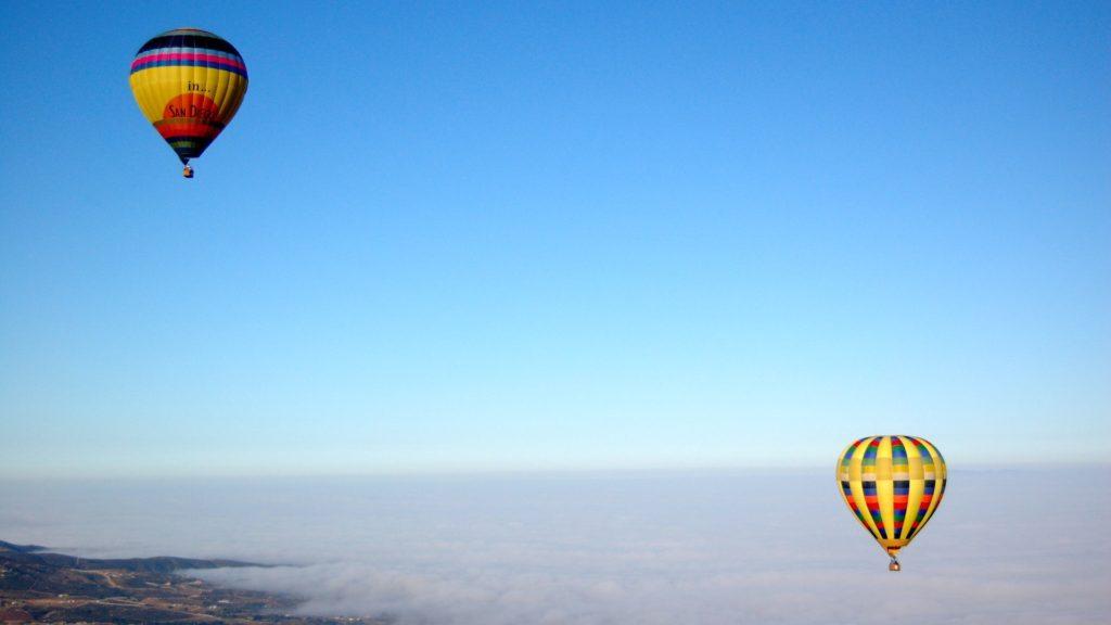 気球の浮かぶ青い空