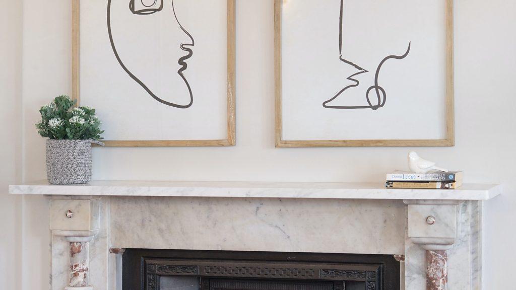 白い暖炉とアートと観葉植物