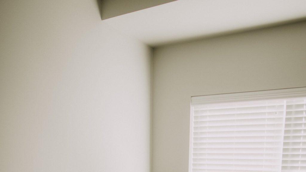 ブラインドのある白い壁のコーナー