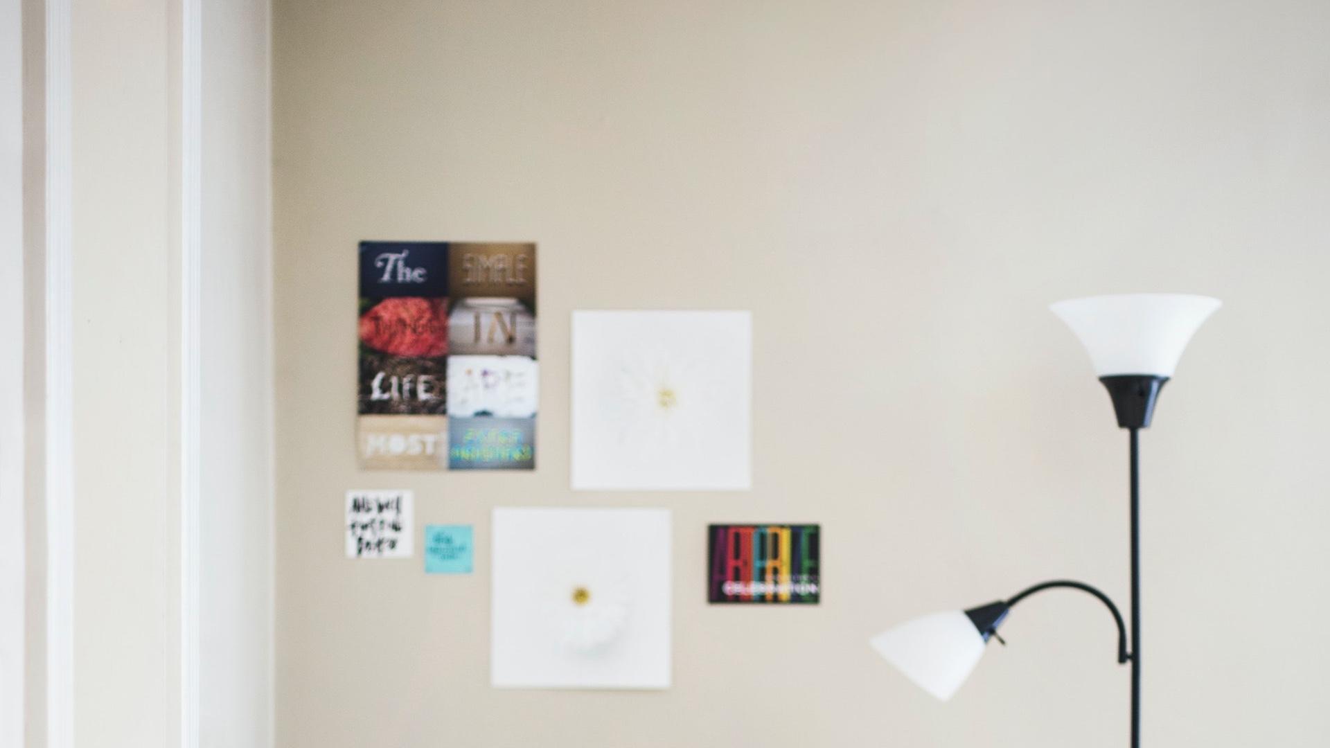 アートとライトのある白い壁の部屋