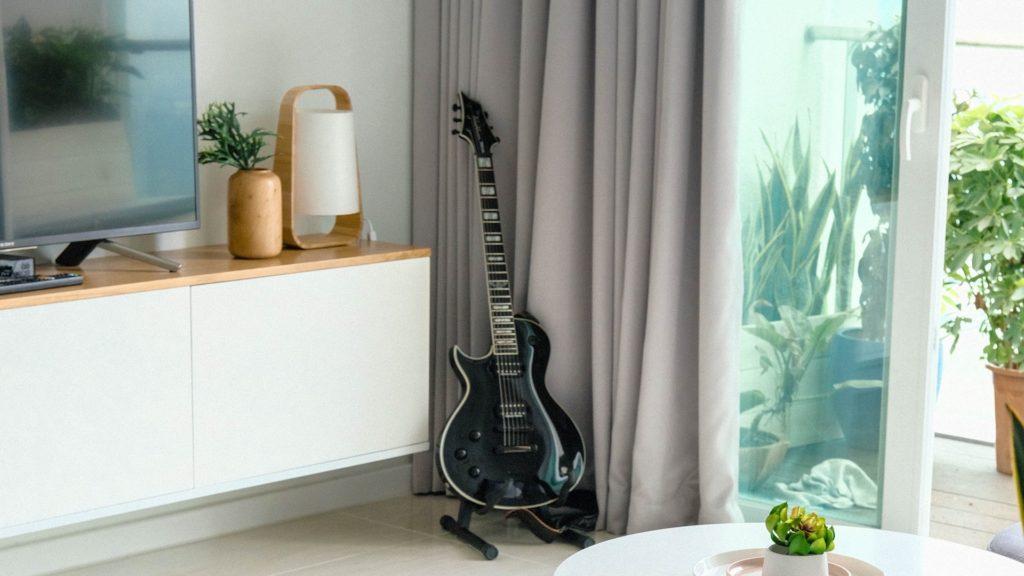 ギターとテレビのある部屋