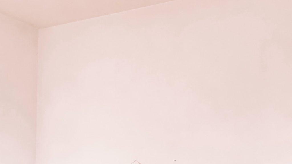 薄いピンクの壁