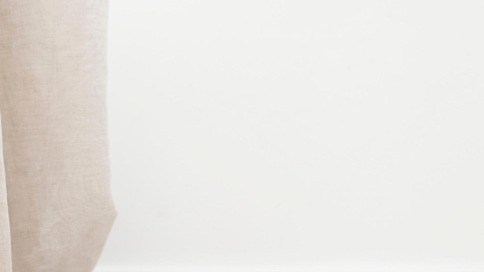 リネンのカーテンと白い壁
