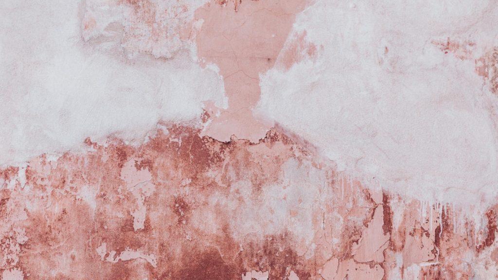 ピンクと白のまだら模様の壁