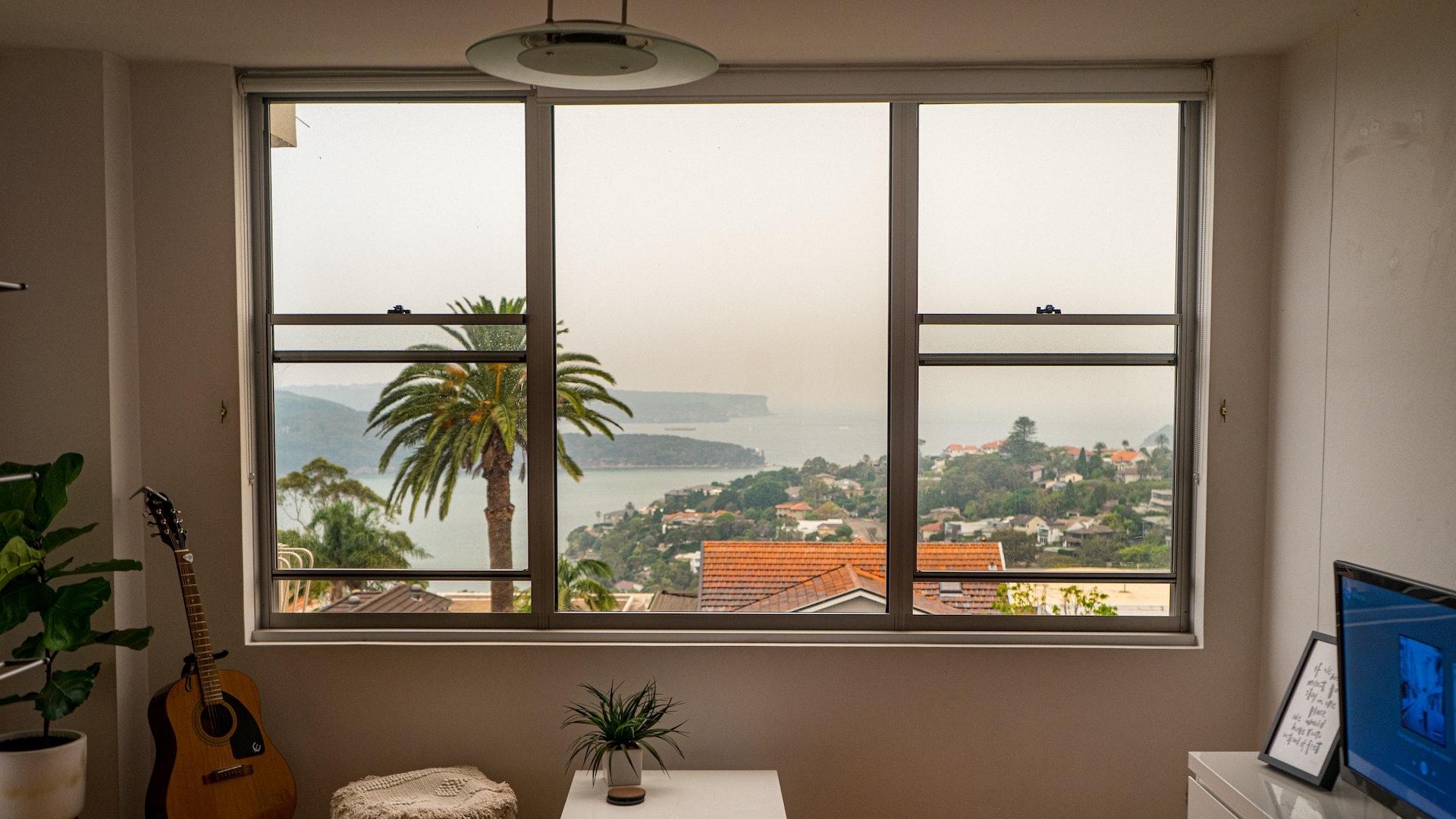 窓から見える海のある街