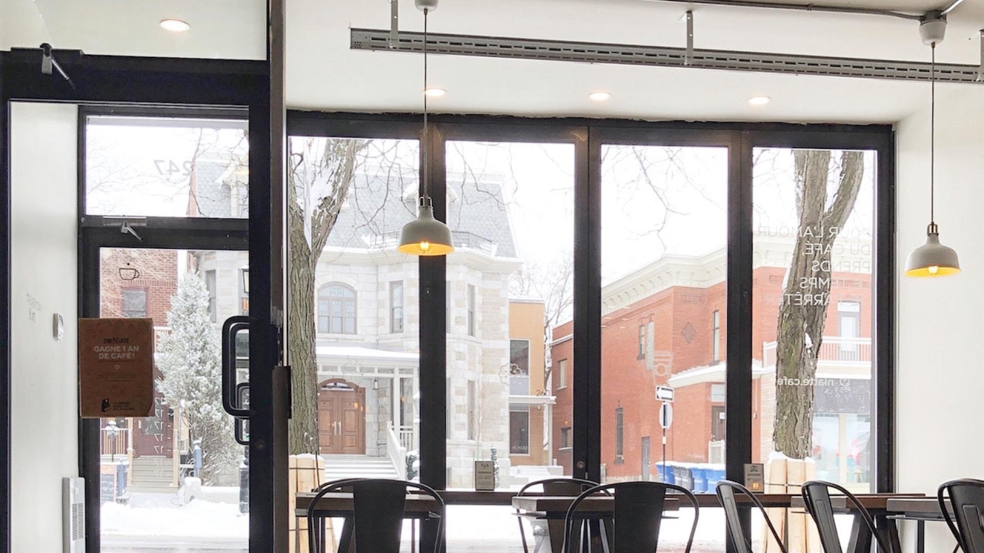 雪景色の街が見える大きなカフェの窓