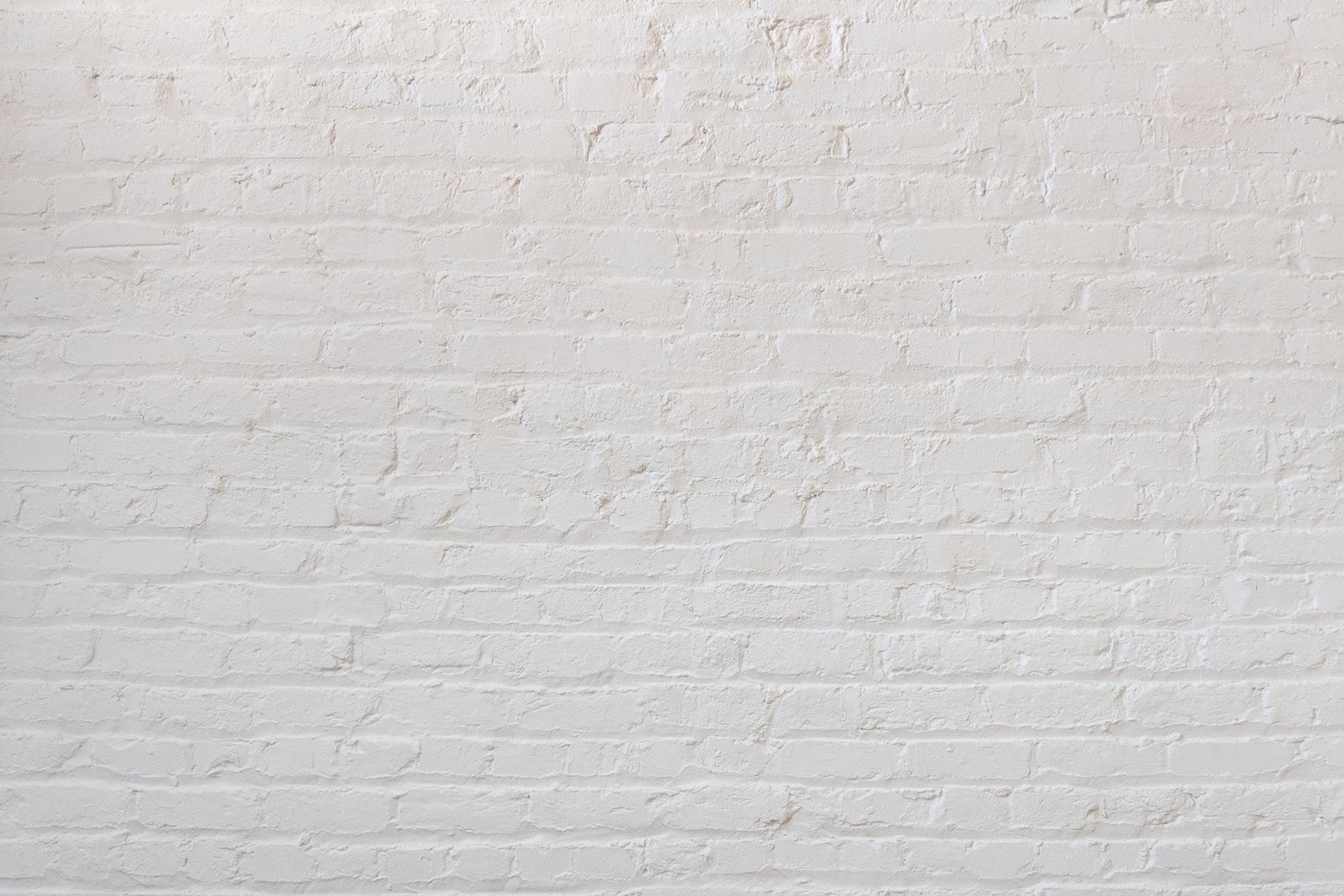 白く塗られたレンガの壁