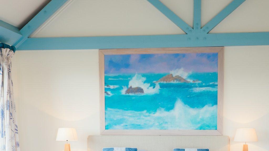 海の絵のある部屋