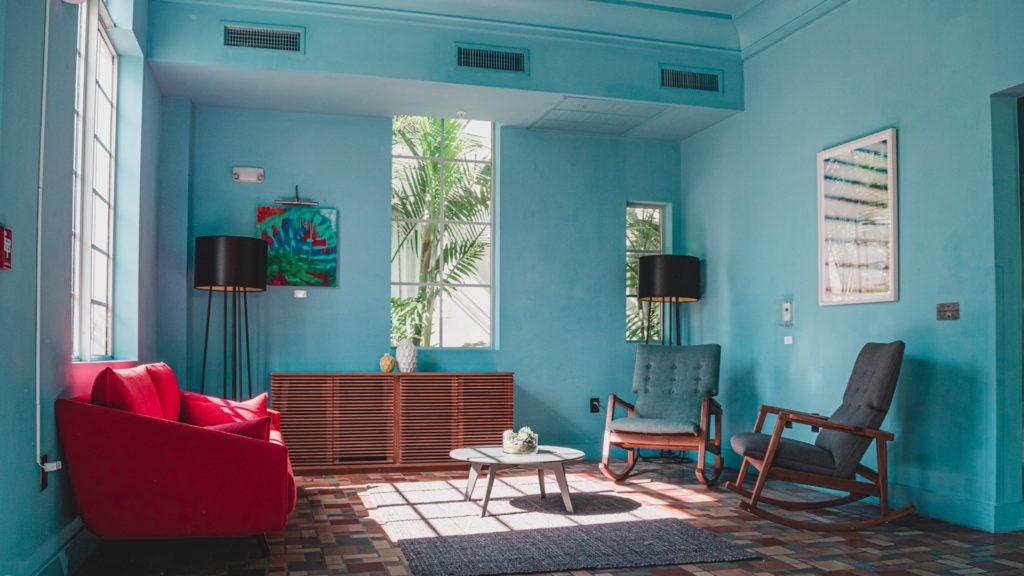 赤いソファーのある青い壁の部屋